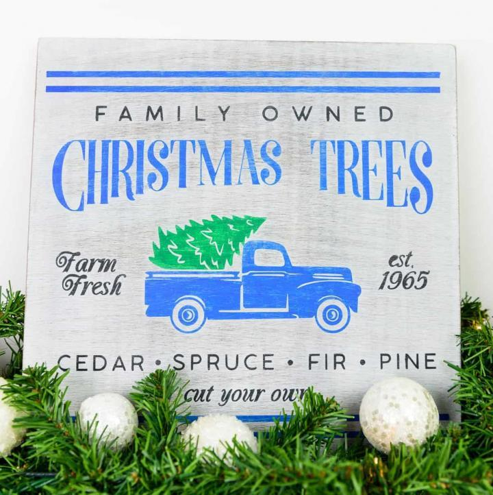 Christmas Tree Truck Sign - I am so obsessed with the Christmas Tree Truck decor and really wanted something of my own, but didn't want to pay for it. So I made my own Christmas Truck Sign to match my home decor with my Silhouette Machine and stencil vinyl.